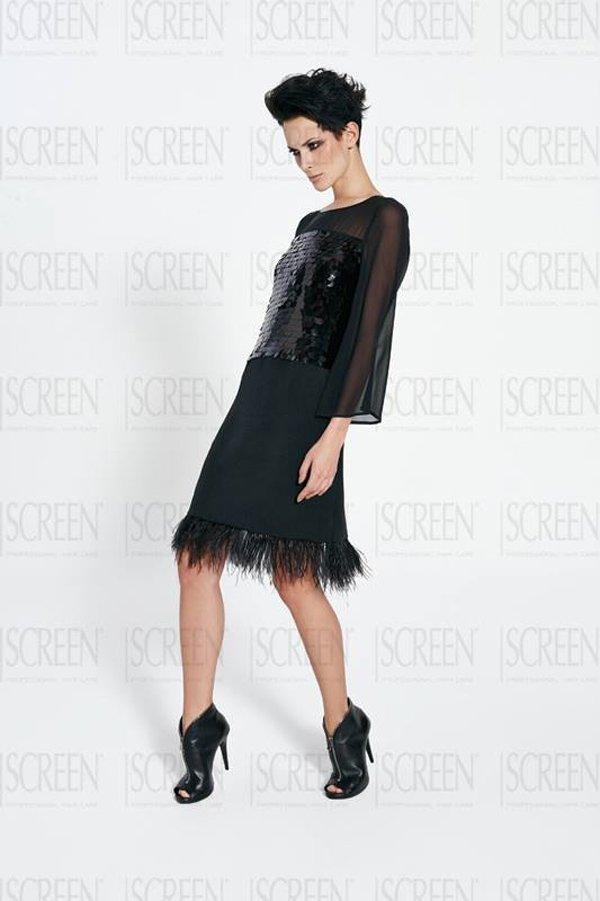 modella con capelli corti neri e vestito nero corto