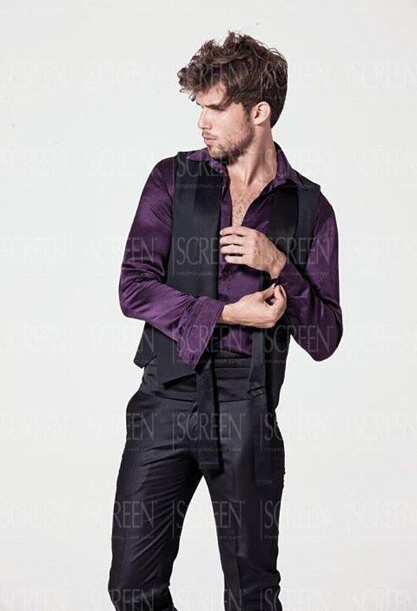 modella si tocca il polsino della camicia guardando di lato
