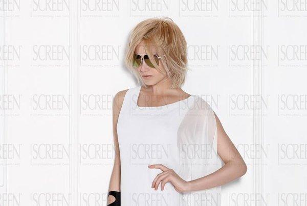 modella con taglio corto biondo e occhiali da sole