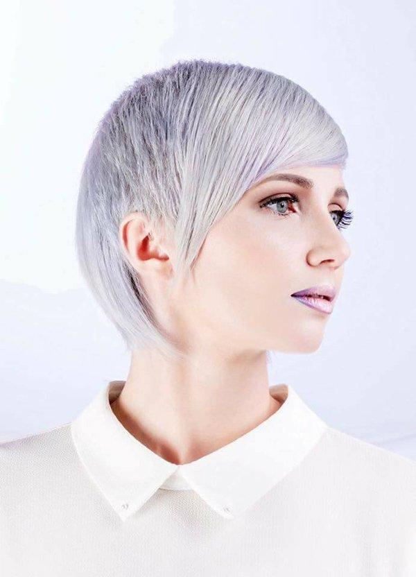 modella con taglio corto e capelli bianchi blu