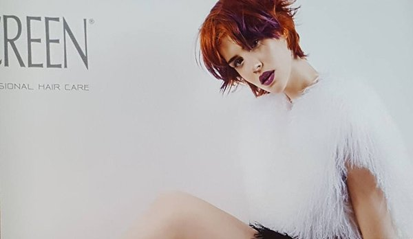 taglio corto donna color rosso e nero
