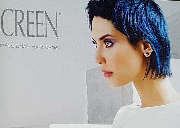 modella con capelli neri e meches blu