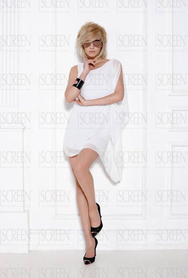 modella con vestito bianco corto