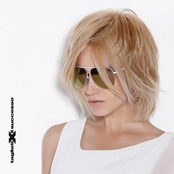 modella bionda con occhiali da sole