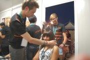 parrucchiere mentre sistema i capelli a una cliente