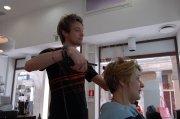 un uomo mentre passa la piastra per capelli