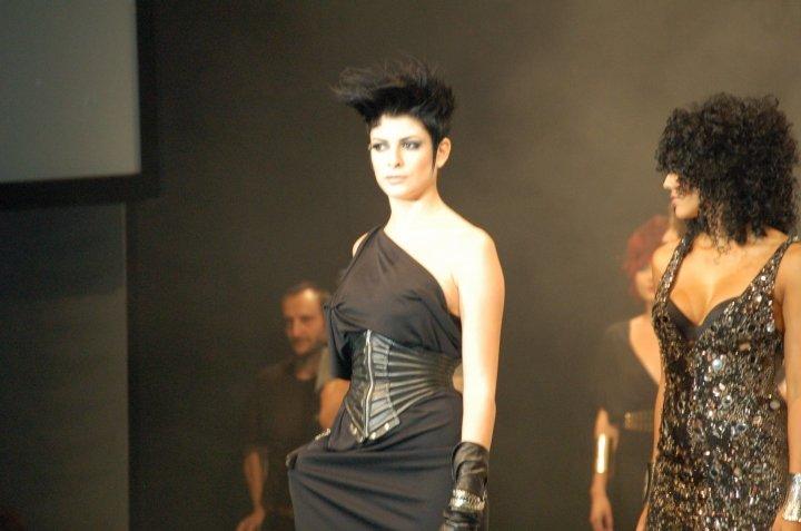 modella con vestito nero e taglio di capelli a spazzola