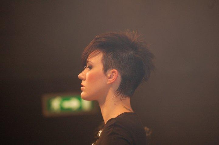 vista laterale una donna con i capelli corti
