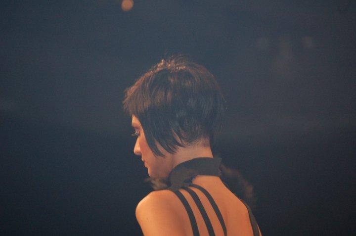 una modella con i capelli corti e rasati nel coppino