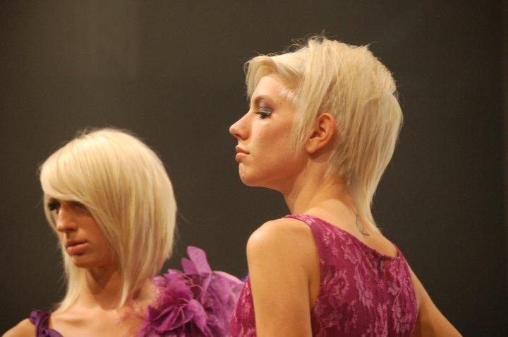 due donne con i capelli biondi e vestiti di color viola