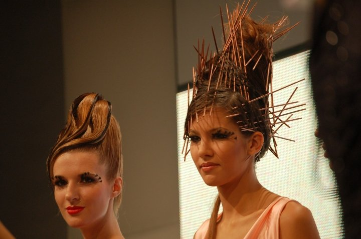 due donne con i capelli tirati in su con lacca