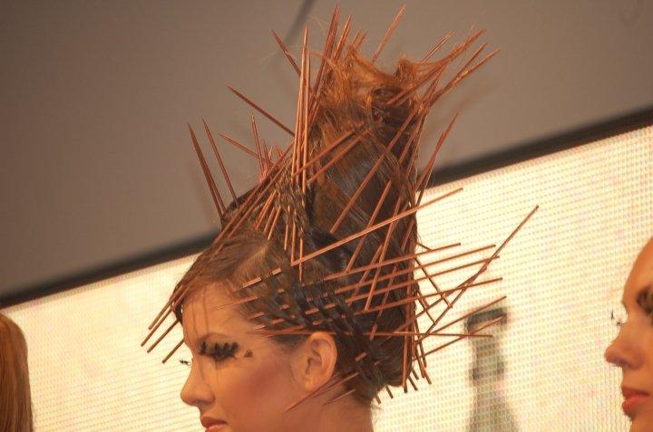 capelli di una donna raccolti e con dei  bastoncini di legno in testa