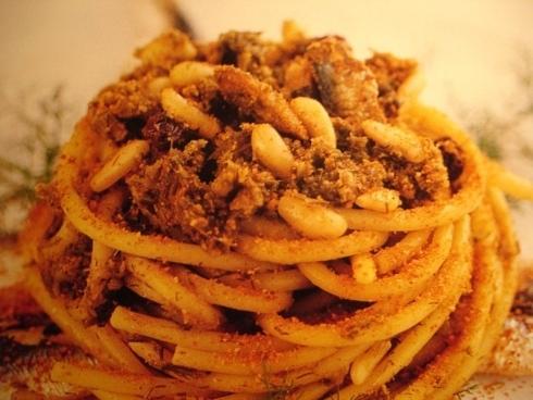 Un piatto di spaghetti con del pesce essiccato - milano
