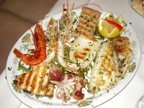 Un piatto di grigliata mista di pesce