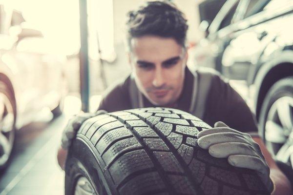 Meccanico cambia ruota ad un'auto
