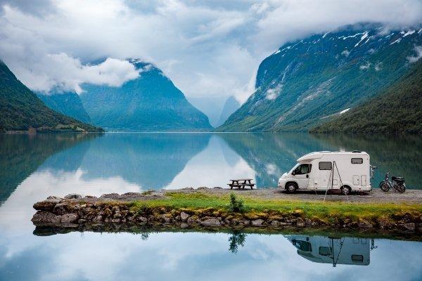 Camper sul lungo lago