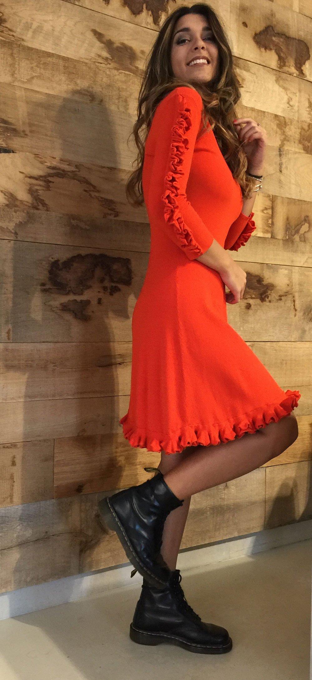 una ragazza con un abito arancione
