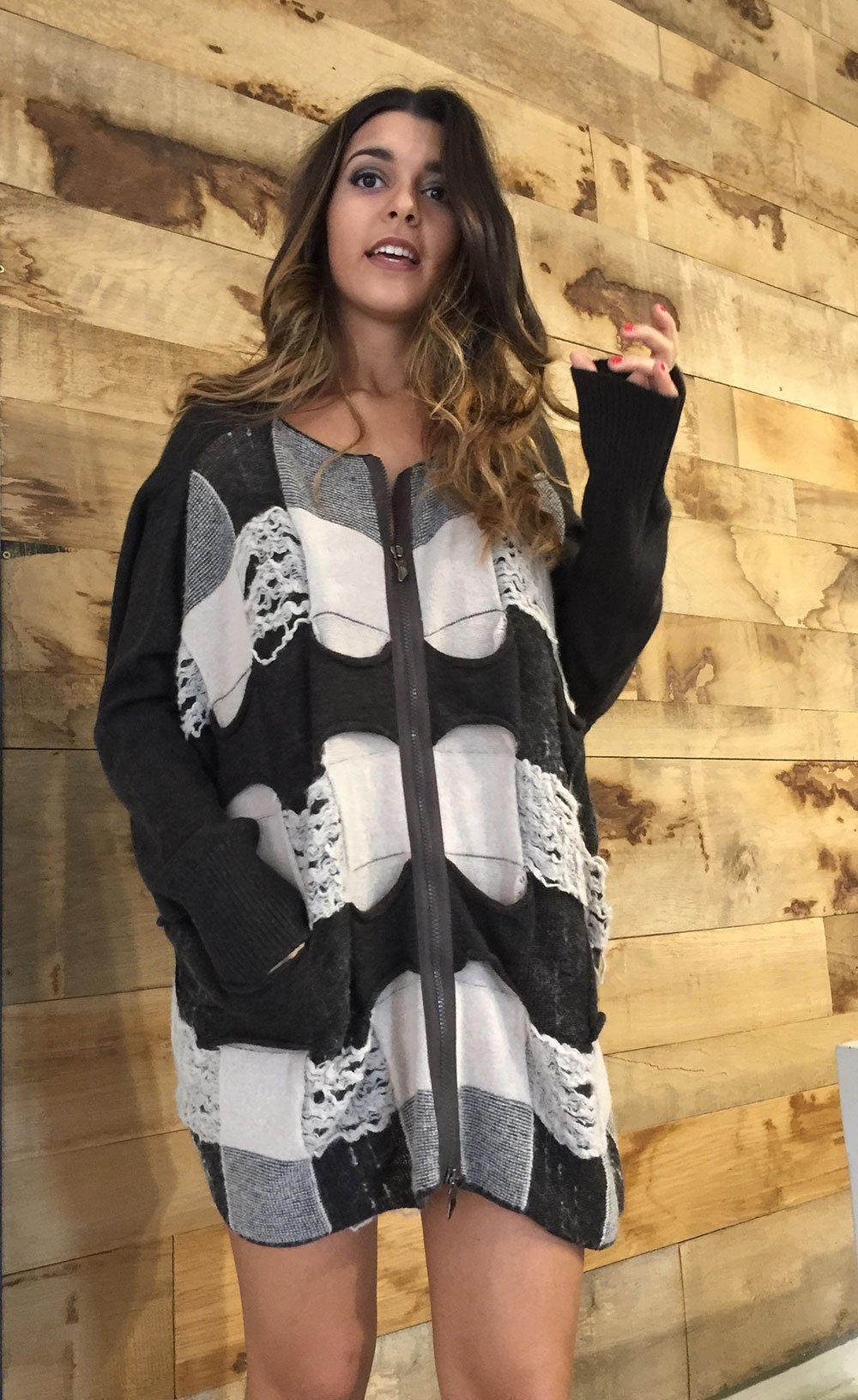 una ragazza con una maglia bianca a disegni neri