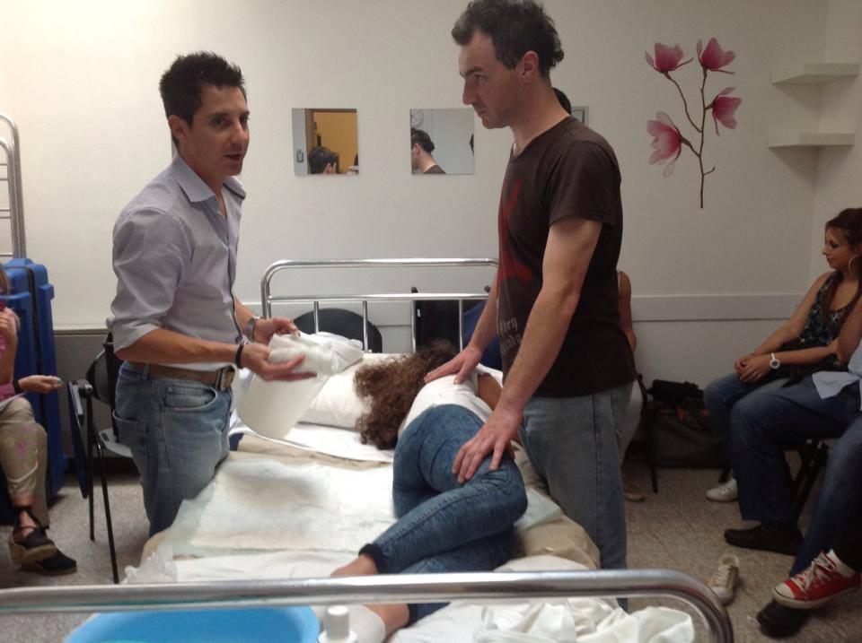 due persone che offrono assistenza a una giovane malata