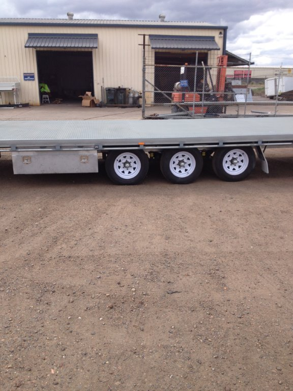 flatbed triaxle trailer