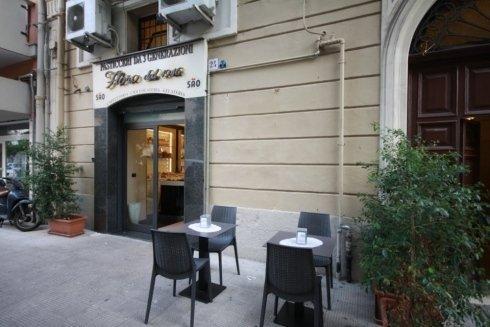 bar con tavoli all'aperto