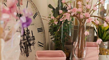 Un vaso di vetro con dei fiori di color rosa