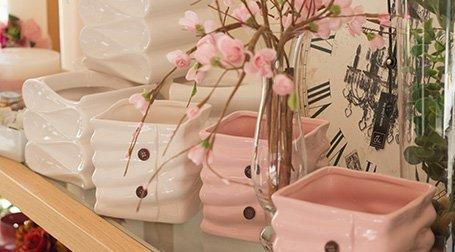 Dei vasi in ceramica di color bianco e rosa