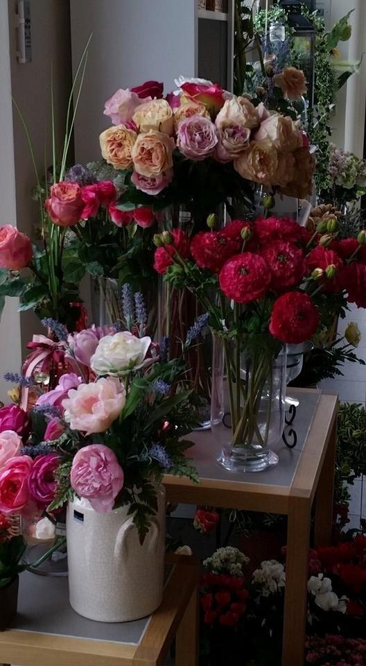 Due tavolini con vasi di rose