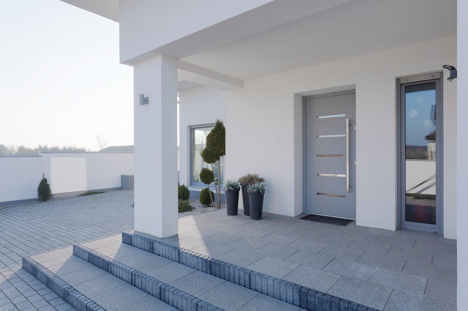 un porta da esterno di color grigio e vista delle scale