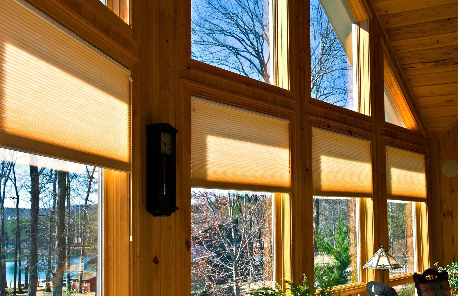 delle finestre di una casa in legno