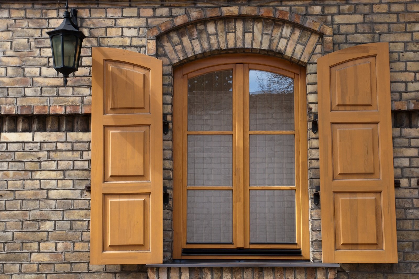 una finestra in legno con le ante aperte
