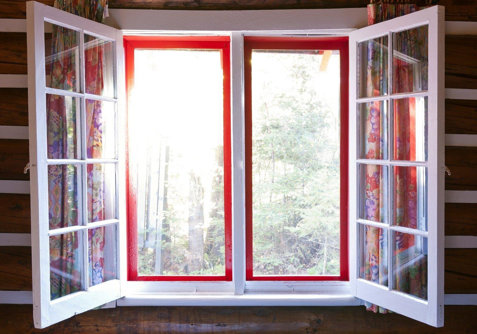 una finestra di color bianco e rosso