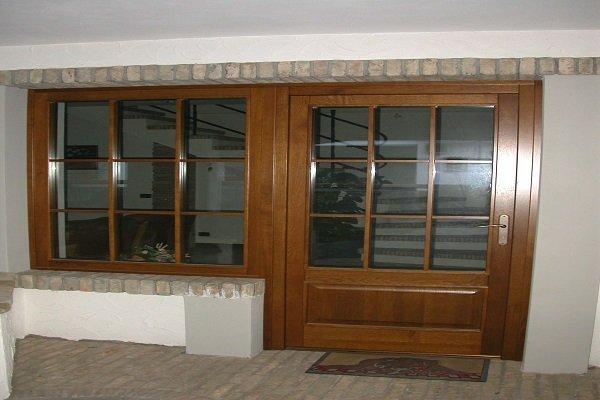 un porta e una finestra con dei pannelli di vetro
