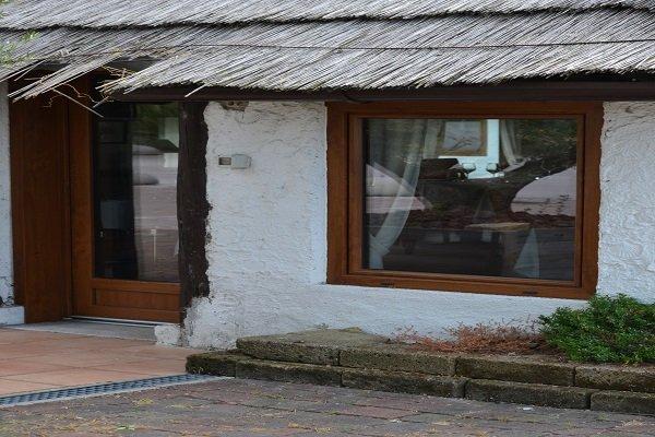 una casetta con una porta e finestra in legno