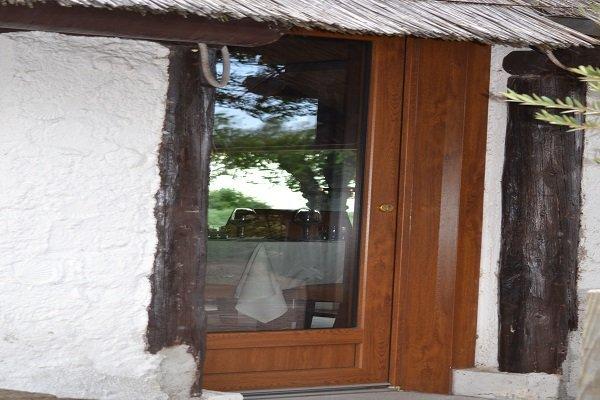 una casetta con una finestra in legno
