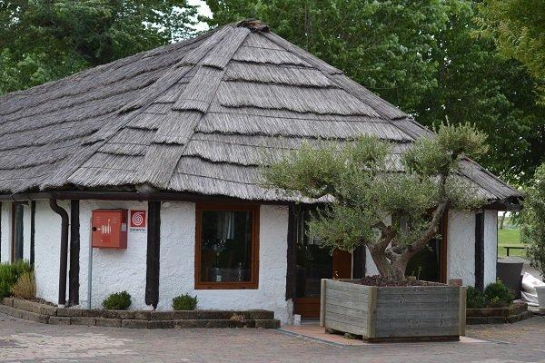 un edificio con un tetto in paglia