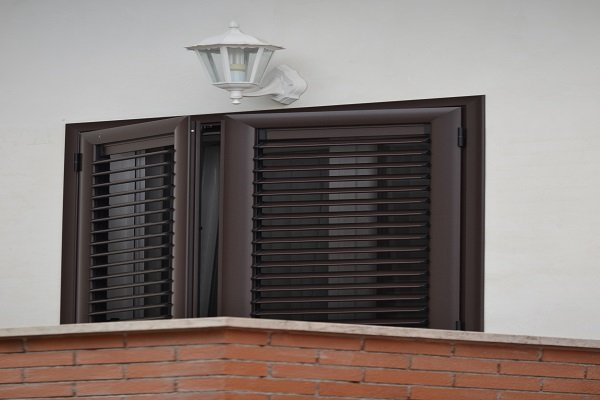 una finestra con delle persiane in PVC