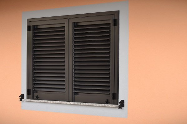 una finestrella con delle persiane in PVC