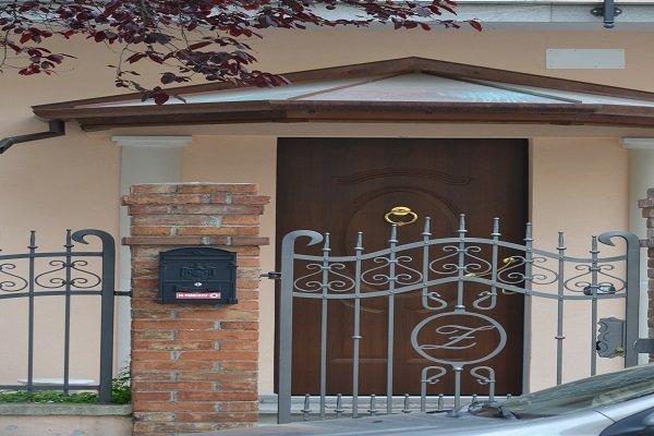 un cancello grigio e una porta in legno