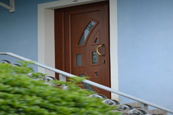 una porta in legno con una maniglia dorata