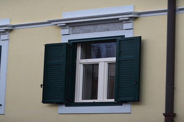 una finestra con delle persiane di color verde