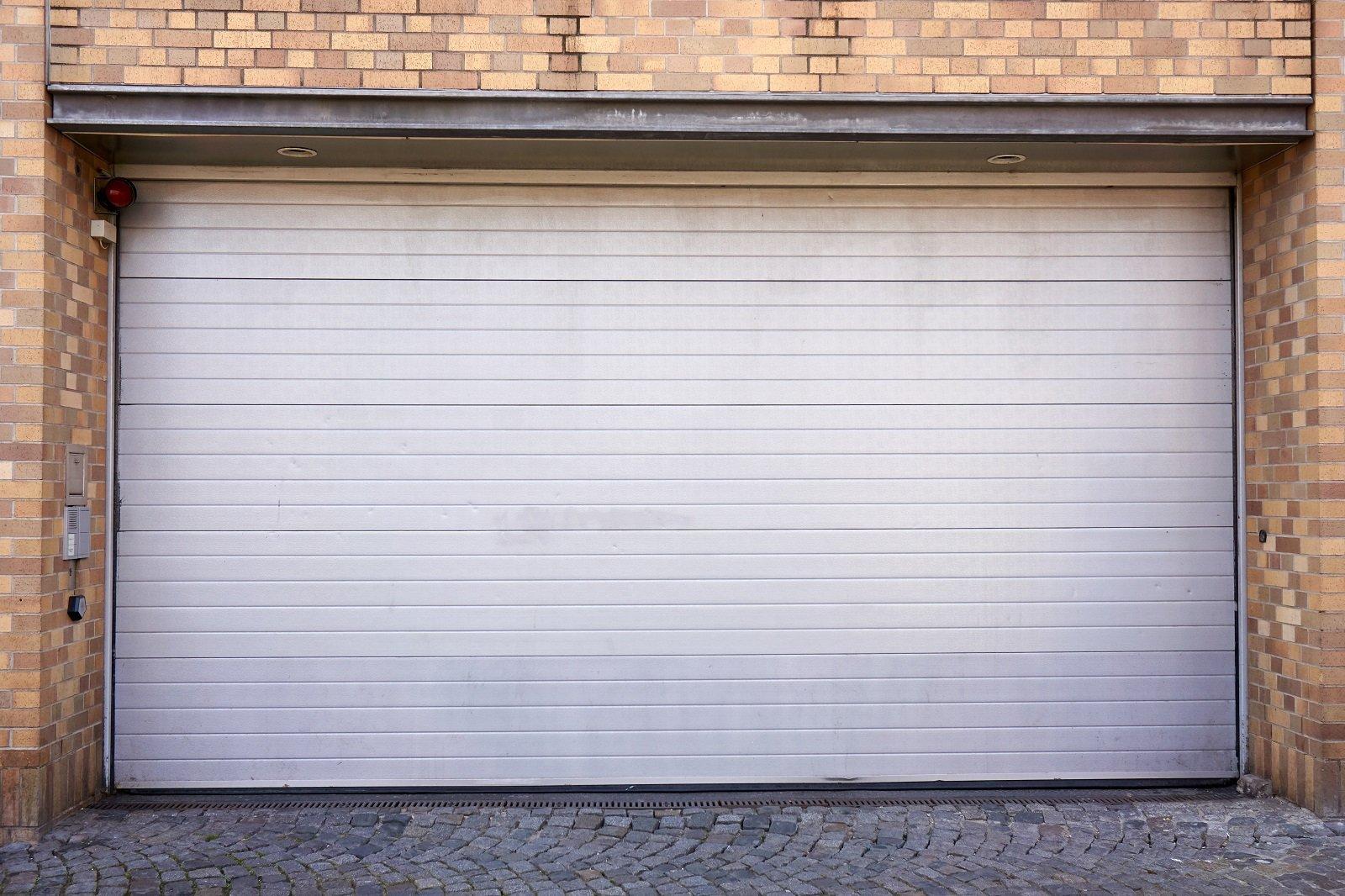 un box auto con una porta bianca