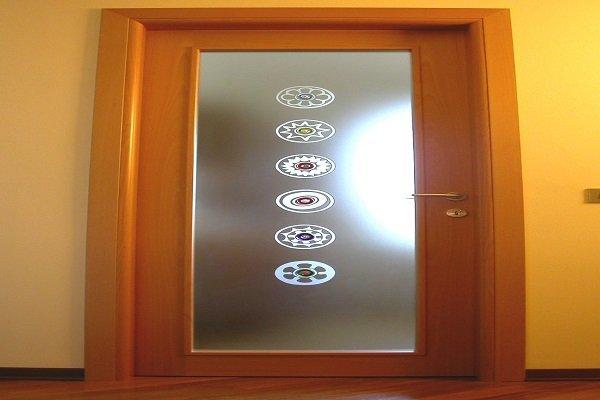 una porta da interno con un pannello di vetro