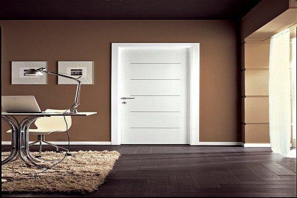 una porta da interno di color bianco con le righe