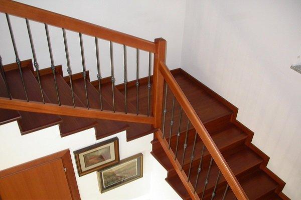 delle scale con pavimento in legno