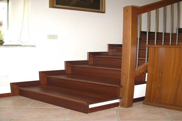 delle scale con dei gradini in legno scuro