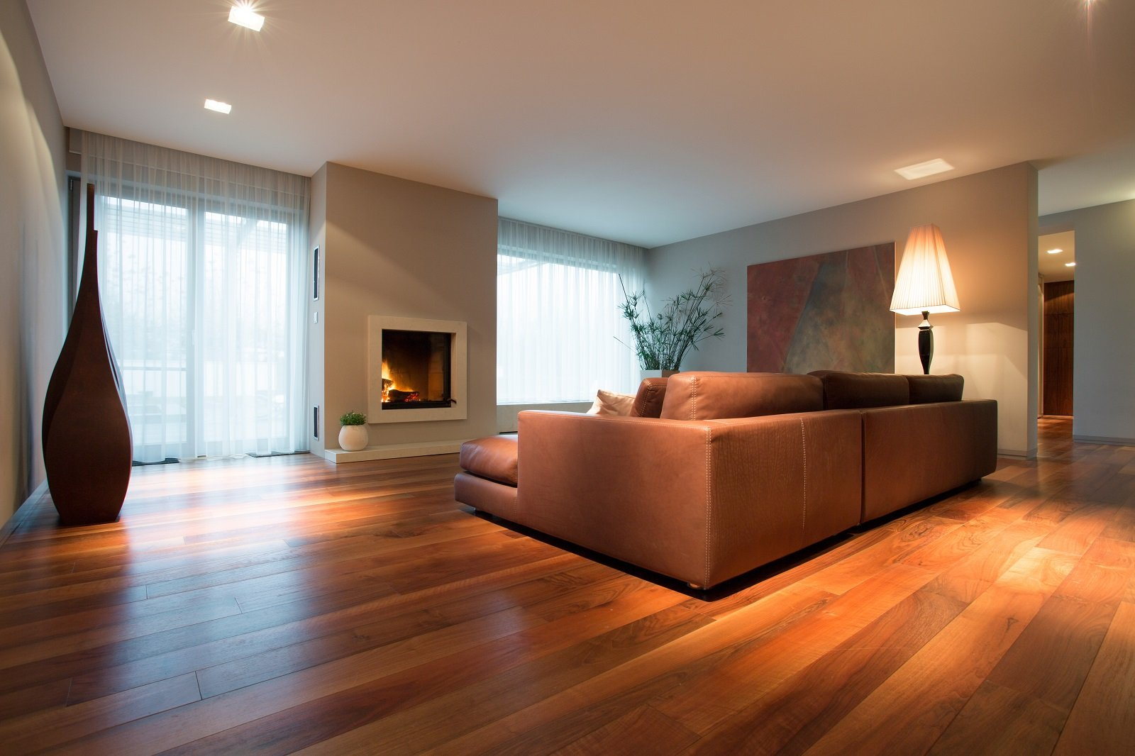 una sala con pavimento in parquet