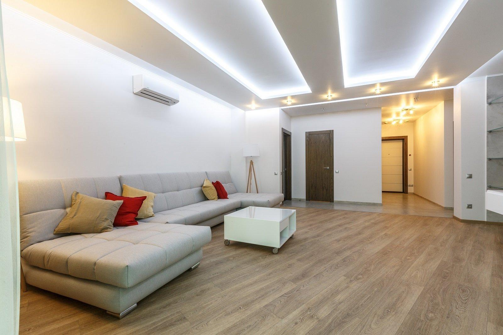 una sala con pavimento in legno chiaro