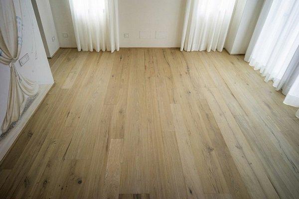 un pavimento in legno chiaro
