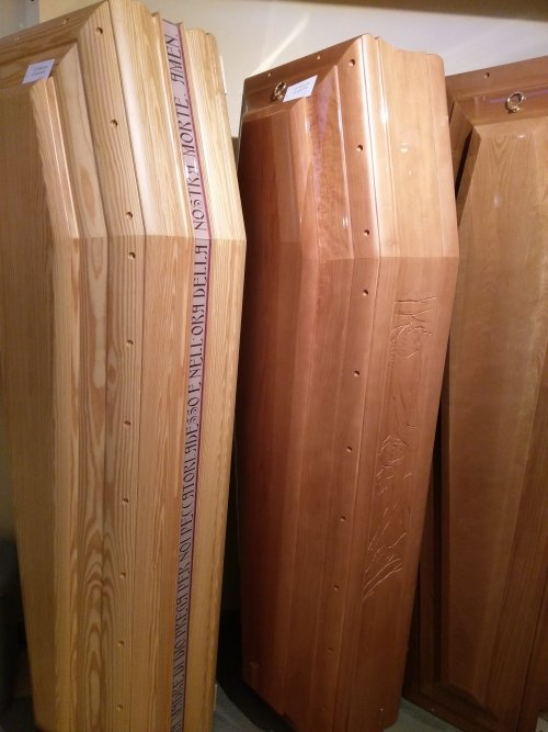 delle bare in legno chiaro